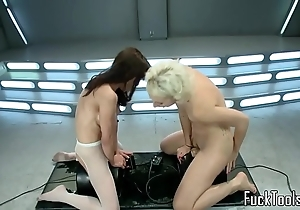 Squirting lesbos cookie toyed wide of appliance