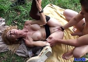 Bonne cougar blonde et bien of age baisée dans un champ [full video]